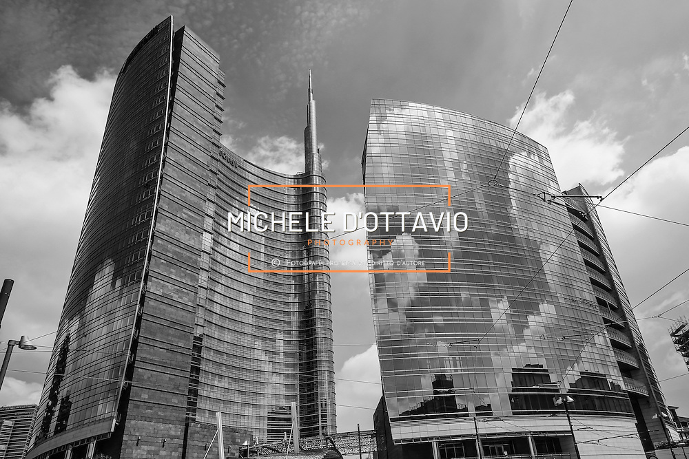 Milano / Italia 2013. Unicredit Tower è il nome con cui si identifica il grattacielo più alto collocato nel progetto Porta Nuova, a ridosso di corso Como e della stazione Garibaldi nel quartiere Isola..Il complesso è stato progettato dall'architetto César Pelli e realizzato dalla società immobiliare Hines Italia. È sede della direzione generale di UniCredit. La torre Unicredit, con i suoi 231 metri di altezza, è anche il più alto edificio d'Italia ed il simbolo dei progetti architettonici dell'EXPO di Milano 2015...The Unicredit Tower is a skyscraper in Milan, Italy. With a height of 231 metres (758 ft), it is the tallest building in Italy. The building was designed by architect Cesar Pelli and was topped out on 15 October 2011, with the attachment of its pinnacle. The building will serve as the new headquarters of UniCredit Bank The Unicredit Tower is part of a larger development of new residential and business structures in Milan's Porta Nuova district, symbol of EXPO 2015