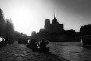 France. Paris. Quai de la Tournelle left bank, along the Seine river / Paris quai de la Tournelle, des groupes de gens profitent du soleil