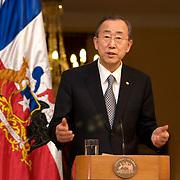 Santiago, Chili 5 Mars 2010<br /> Photo: Francisco Arias<br /> Secrétaire général des Nations Unies Ban Ki-Moon visite Chili.<br /> La visite s'inscrit dans le cadre de l'urgence que passe au Chili<br /> Ban Ki-Moon arrive au Palacio de La Moneda à Santiago. et est reçue par la présidente du Chili Michelle Bachelet