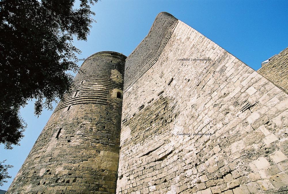Der Jungfrauenturm in der Altstadt Ischeri Sckeker in Baku. Virgin tower in the old town of Baku, Aserbaijan