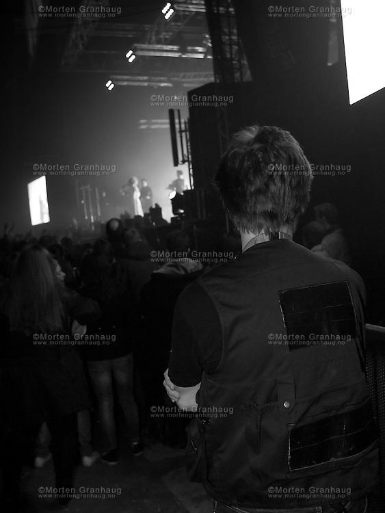 Gåte gjenforeningskonsert, Dødens Dal 24 oktober 2009...Manager Per Tronsaune under konserten...Folkrockbandet Gåte ble etablert i 1999 av søskenparet Sveinung og Gunnhild Sundli. Bandet ga ut en 5-spors EP før de fikk kontrakt med Warner, og ga deretter ut platene Jygri (2002) og Iselilja (2004). Gåte ble oppløst i 2005, og ga i 2006 ut en live-cd og dvd fra konserten på Rockefeller i Oslo. 24 oktober 2009 spilte bandet igjen, under UKA i Trondheim. Bandets siste besetning er: Sveinung Sundli, Gunnhild Sundli, Magnus Børmark, Gjermund Landrø og Kenneth Kapstad.