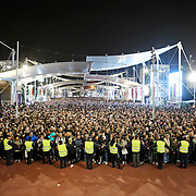 Migliaia di visitatori in attesa di entrare nella lake Arena per assistere allo show dell'Albero della Vita.<br /> Expo 2015  Milano, 24/10/2015.