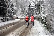 Nederland, Ubbergen, 27-12-2014Sneeuwval in Midden en zuid nederland. Het levert schilderachtige beelden op, maar is voor het verkeer , fietsers en de postbode onaangenaam. Deze twee jongens, fietsers, gaan op de heuvels en de helling van de stuwwal sleetje rijden, sleeen, spelen met hun slee, die ze op de rug hebben gebonden. winterpret FOTO: FLIP FRANSSEN/ HOLLANDSE HOOGTE