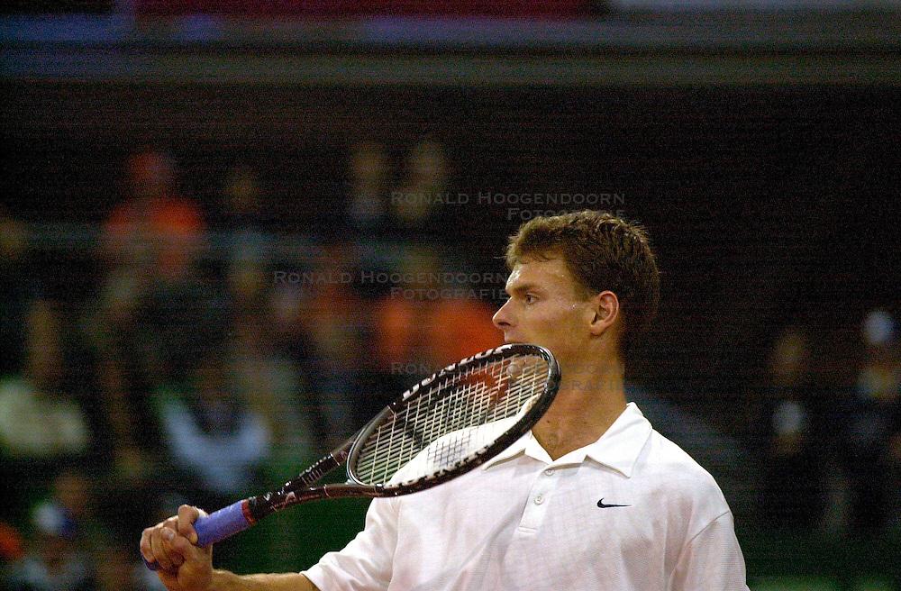 10-02-2001 TENNIS: DAVISCUP NEDERLAND - SPANJE: EINDHOVEN<br /> Sjeng Schalken<br /> &copy;2001-WWW.FOTOHOOGENDOORN.NL