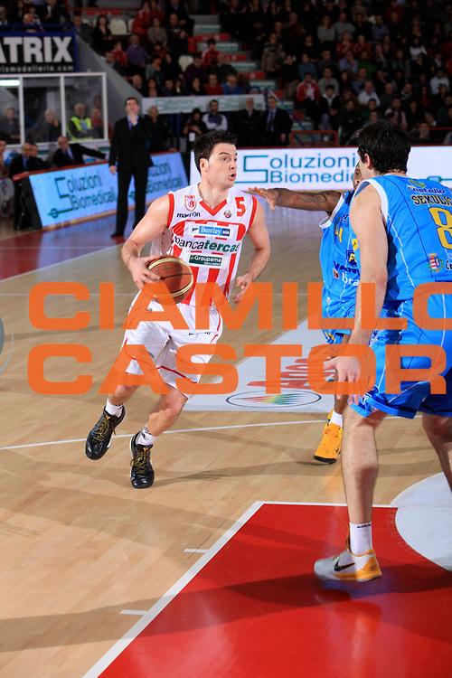 DESCRIZIONE : Teramo Lega A 2010-11 Banca Tercas Teramo Vanoli Braga Cremona<br /> GIOCATORE : Ivan Zoroski<br /> SQUADRA : Banca Tercas Teramo<br /> EVENTO : Campionato Lega A 2010-2011<br /> GARA : Banca Tercas Teramo Vanoli Braga Cremona<br /> DATA : 06/01/2011<br /> CATEGORIA : palleggio<br /> SPORT : Pallacanestro<br /> AUTORE : Agenzia Ciamillo-Castoria/M.Carrelli<br /> Galleria : Lega Basket A 2010-2011<br /> Fotonotizia : Teramo Lega A 2010-11 Banca Tercas Teramo Vanoli Braga Cremona<br /> Predefinita: