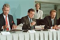 11 JUN 2001, BERLIN/GERMANY:<br /> Ulrich Hartmann (L), Vorstandsvorsitzender der E.ON AG, Gerhard Schroeder (M), SPD, Bundeskanzler, und Juergen Trittin (R), B90/Gruene, Bundesumweltminister, waehrend der Unterzeichnung einer Vereinbarung zwischen der Bundesregierung und den Kernkraftwerksbetreibern zur geordneten Beendigung der Kernenergie, Bundeskanzleramt, Willy-Brand-Strasse<br /> IMAGE: 20010611-03/01-15<br /> KEYWORDS: Energiekonsens, Atomkonsens, Kernkraft, Kernenergie, Konsens, Energieversorgungsunternehmen, Unterschrift, Gerhard Schröder, Jürgen Trittin