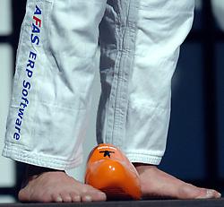 18-03-2006 JUDO: DUTCH OPEN: ROTTERDAM<br /> De prijs van de Dutch Open een Oranje klomp<br /> Copyrights: WWW.FOTOHOOGENDOORN.NL