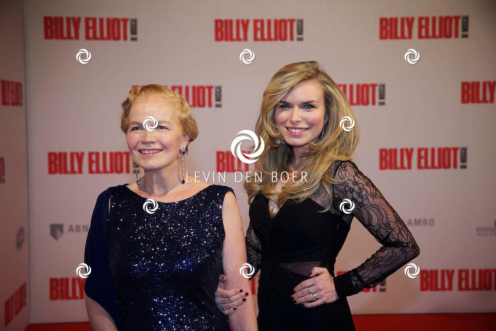 DEN HAAG - In het Afas Theater is de Nederlandse Premiere van Billy Eliot. Met hier op de foto  Monica Schotman en dochter Elisa. FOTO LEVIN DEN BOER - PERSFOTO.NU