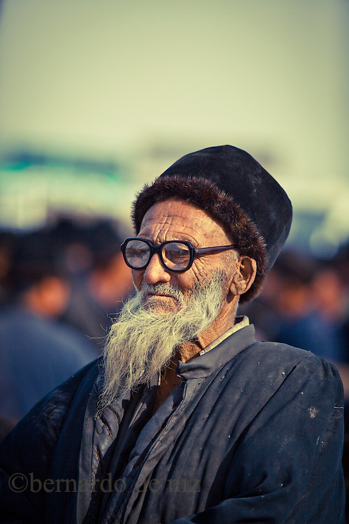 An old Uygur visit the Animal´s bazar in Kashgar, Xinjiang, on   February. 21, 2010. Photographer: Bernardo De Niz