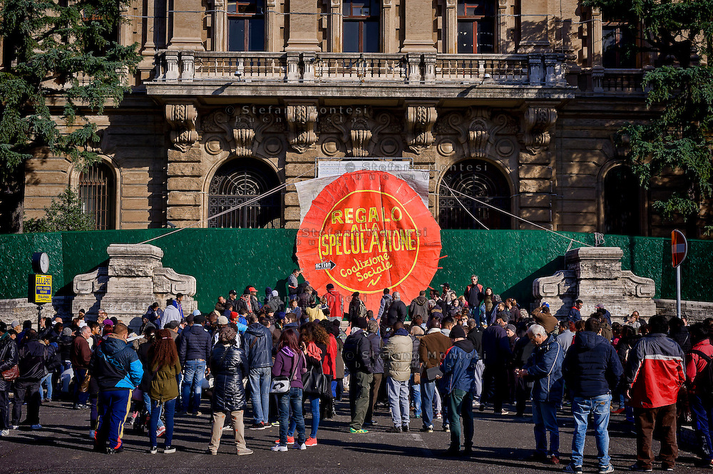 Roma 5 Dicembre 2015<br /> Protesta di Action Diritti in Movimento contro la vendita dello storico palazzo del Poligrafico e della Zecca dello Stato di Piazza Verdi,che diventerà un albergo di lusso: il Rosewood Hotel con 200 camere, piscina e 50 residenze private. Il palazzo di proprietà dello stato è stato venduto dal  Ministero dell'Economia attraverso la Cassa Depositi e Prestiti alla famiglia cinese Cheng. Action Diritti in Movimento chiede che non venga svenduto il patrimonio pubblico ma che venga utilizzato per l'emergenza abitativa. Nella foto: Una coccarda messa dai manifestanti all'ingresso del cantiere dove si legge: No alla Speculazione.<br /> Rome December 5, 2015<br /> Protest Action Rights in motion against the sale of the historic building of the State Printing Office and Mint to piazza Giuseppe Verdi, which will become a luxury hotel: the Rosewood Hotel with 200 rooms, swimming pool and 50 private residences. The building of state property was sold by the Ministry of Economy through the Cassa Depositi e Prestiti ( Italian bank) to the Chinese family Cheng. Action Rights in motion asks that public property is not sold off but which is used for emergency housing. Pictured: A big cockade crafted from  protesters at the entrance of the construction  where it reads: No to Speculation