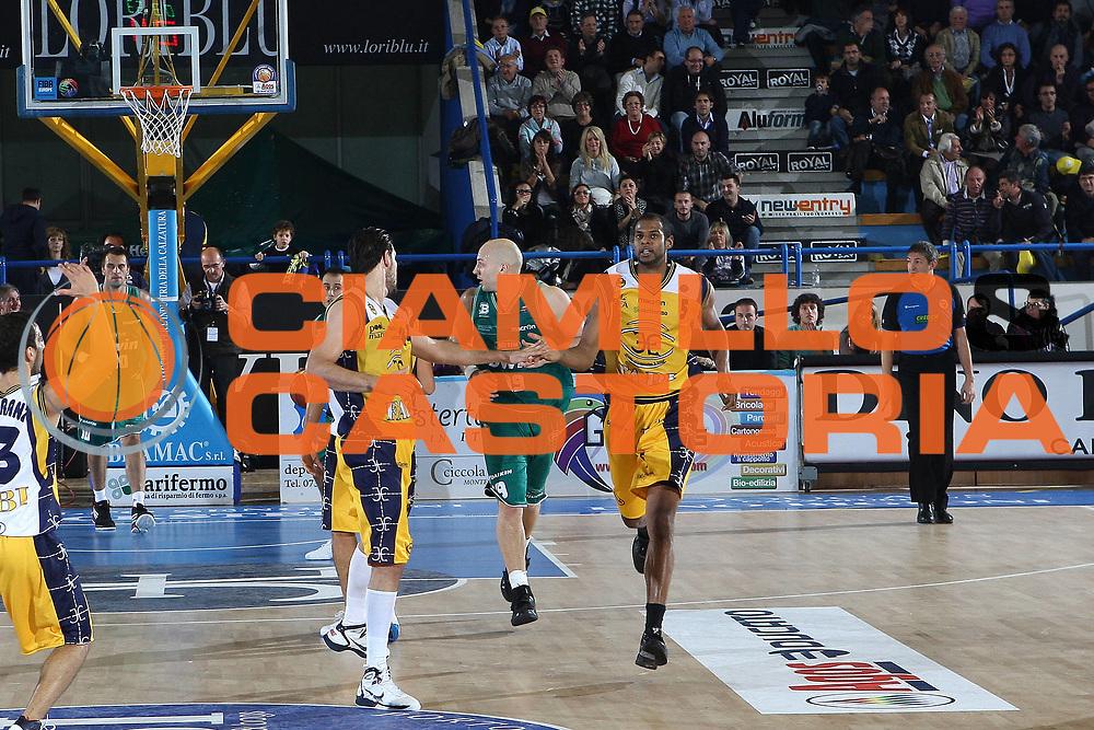 DESCRIZIONE : Porto San Giorgio Lega A 2010-11 Fabi Montegranaro Benetton Treviso<br /> GIOCATORE : Sharrod Ford<br /> SQUADRA : Fabi Montegranaro<br /> EVENTO : Campionato Lega A 2010-2011<br /> GARA : Fabi Montegranaro Benetton Treviso<br /> DATA : 31/10/2010<br /> CATEGORIA : esultanza<br /> SPORT : Pallacanestro<br /> AUTORE : Agenzia Ciamillo-Castoria/C.De Massis<br /> Galleria : Lega Basket A 2010-2011<br /> Fotonotizia : Porto San Giorgio Lega A 2010-11 Fabi Montegranaro Benetton Treviso <br /> Predefinita :