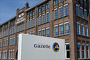 Nederland, Dieren, 15-6-2015Vernieuwde fabriek van Gazelle fietsen wordt binnenkort officieel ingebruik genomen. Naar eigen zeggen de modernste productielijnen van klassieke en elektrische fietsen in europa, zoniet ter wereld.. Veel werk wordt nog steeds door mensenhanden gemaakt, ook het bestickeren, spuiten van de frames en de montage.Renewed factory Gazelle bicycles will soon be taken officially in use. According to themselves, the most modern production lines in Europe, if not in the world .. Much work is still done by human hands, also with the assembly.FOTO: FLIP FRANSSEN/ HOLLANDSE HOOGTE