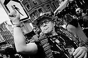 Optocht Adev tijdens ADE. Demonstratie voor de vrijheid en vrijstaand in Amsterdam