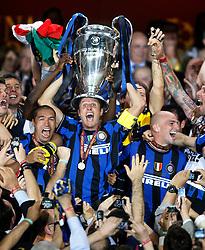 22.05.2010, Estadio Santiago Bernabeu, Madrid, ESP, UEFA Champions League Finale 2010, Bayern Muenchen vs Inter Mailand, Finale, im Bild Internazionale Milan's players Javier Zanetti (c), Lucio, and Esteban Cambiasso (r) celebrate the victory in the UEFA  Champions League final. EXPA Pictures © 2010, PhotoCredit: EXPA/ Alterphotos/ Alvaro Hernandez