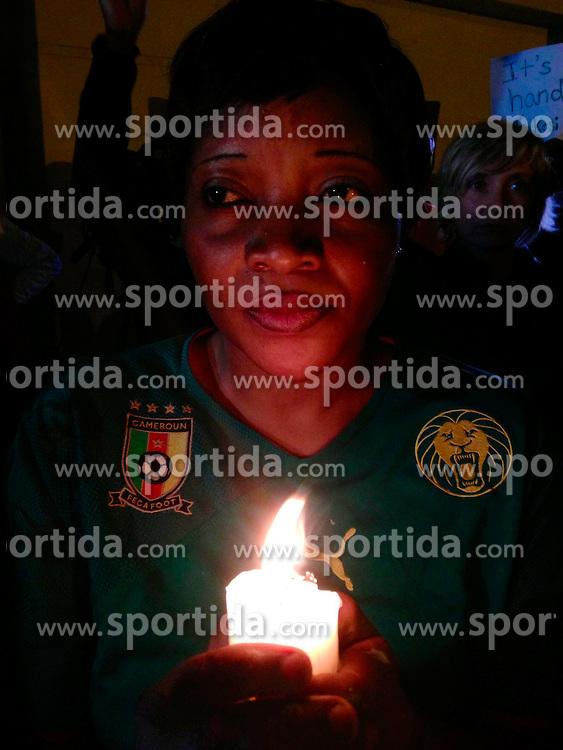 05.12.2013, Johannesburg, ZAF, Nelson Mandela, der Gigant des Humanismus ist im Alter von 95 Jahren in seinem Haus an den Folgen einer Lungenentzuendung gestorben, im Bild A woman holds, candle outside the house of former South African president Nelson Mandela // Nelson Mandela a giant of humanism died in his house in Johannesburg, South Africa on 2013/12/05. EXPA Pictures © 2013, PhotoCredit: EXPA/ Photoshot/ Zhang Chuanshi<br /> <br /> *****ATTENTION - for AUT, SLO, CRO, SRB, BIH, MAZ only*****