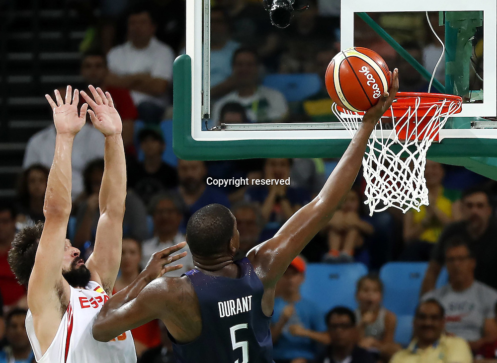 Rio 2016, Basketball Herren Halbfinale, USA - Spanien 19.08.2016. Rio de Janeiro, Brazil. Mens Basketball semi-final at the 2016 Rio Olympic Games. USA versus Spain.  Kevin DURANT (USA) lays up against Sergio LLULL (ESP) . The USA won the game by a score of 82-76 to make the final.