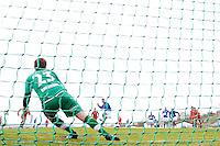 1. divisjon fotball 2014: Hødd - Tromsdalen.  Hødds Fredrik Aursnes setter inn 1-0 på straffespark forbi keeper Eirik Sørensen i 1. divisjonskampen mellom Hødd og Tromsdalen på Høddvoll.