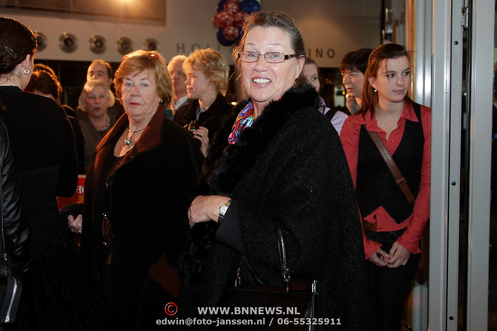 NLD/Breda/20091122 - Premiere All Shook Up - Love me Tender, Lenie Bambergen en vriendin