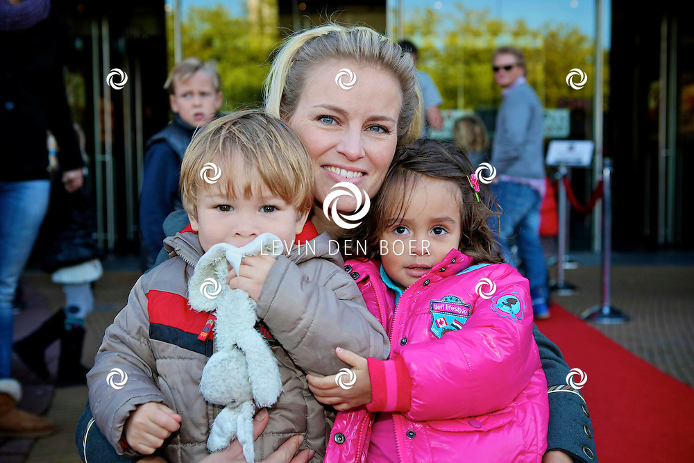 UTRECHT - In het Beatrix Theater is de premiere van de Plop Show de Fopkampioen door Kabouter Plop.  Met op de foto Marit van Bohemen en dochter Jacky. FOTO LEVIN DEN BOER - PERSFOTO.NU