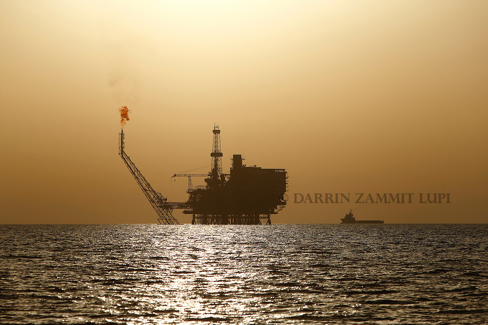 An offshore oil platform is seen at the Bouri Oil Field off the coast of Libya August 3, 2015.  Oil prices lurched 5 percent lower on Monday to their lowest since January, taking global benchmark Brent below $50 a barrel as weak factory activity in China deepened a commodity-wide rout.<br /> REUTERS/Darrin Zammit Lupi <br /> MALTA OUT. NO COMMERCIAL OR EDITORIAL SALES IN MALTA