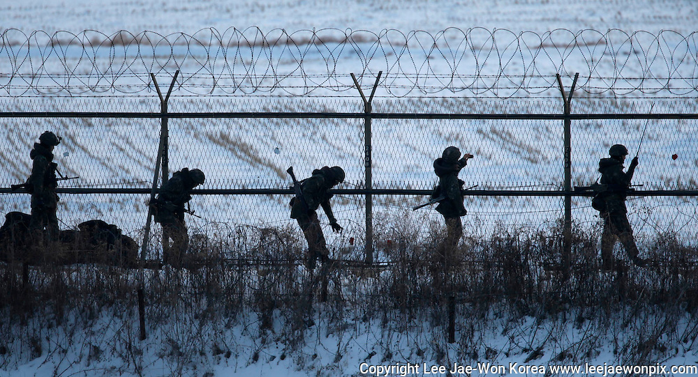 South Korean soldiers check military fences as they patrol near the demilitarized zone separating North Korea from South Korea, in Paju, north of Seoul February 12, 2013. /Lee Jae-Won