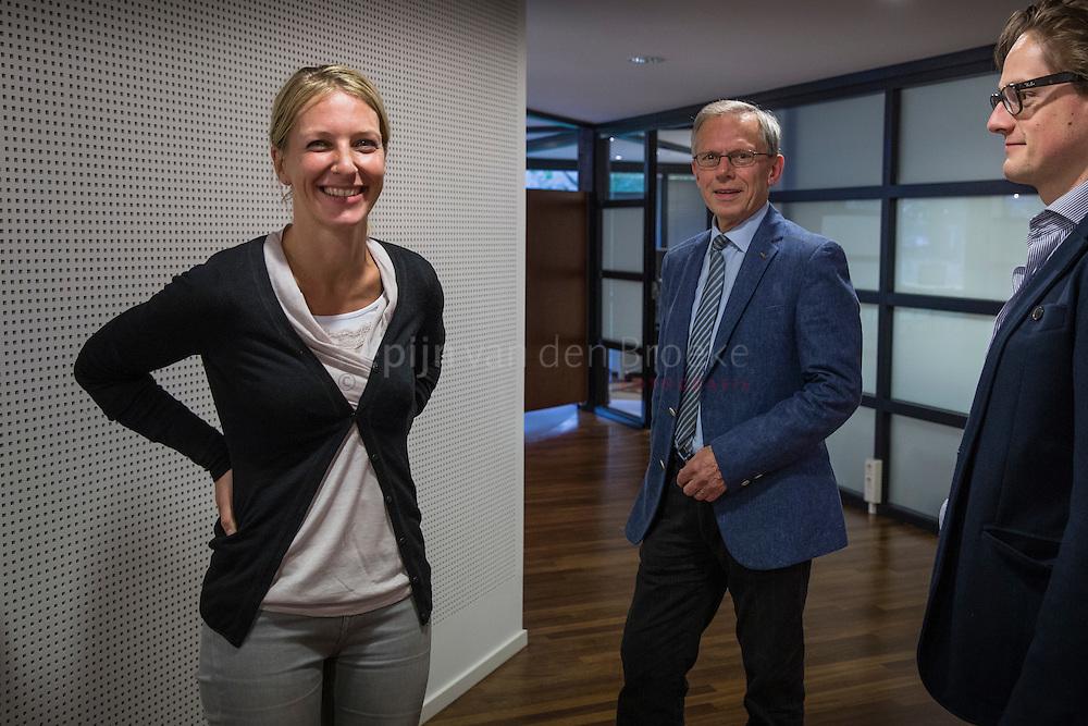 Ten Boer 20141017. Medisch Centrum Ten Boer. Roelfien Ensing (links) neemt samen met Joris Linmans (rechts) de praktijk over van haar vader (midden). foto: pepijn van den Broeke. kilometers: 17