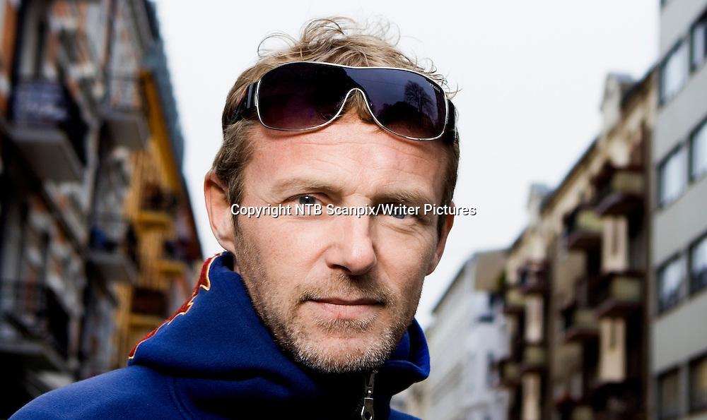 Oslo  20110415. Forfatter Jo Nesbo i sitt lokale bymilj&macr;.<br /> Foto: Berit Roald / Scanpix .<br /> <br /> NTB Scanpix/Writer Pictures<br /> <br /> WORLD RIGHTS, DIRECT SALES ONLY, NO AGENCY