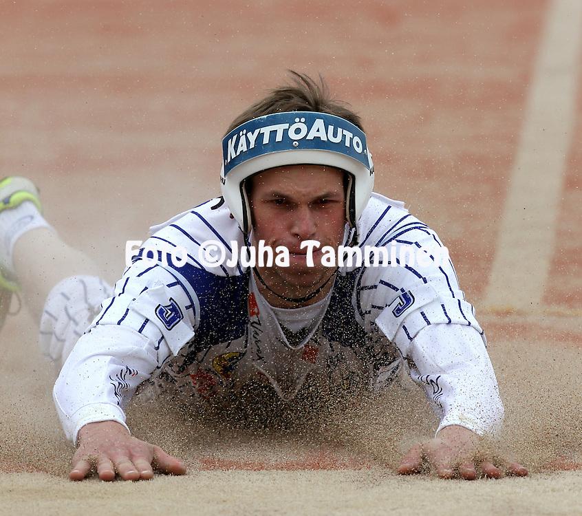 15.5.2011, Saarikentt?, Vimpeli..Superpesis 2011, Vimpelin Veto - Koskenkorvan Urheilijat..Tuomo L?nnmark - Vimpeli.©Juha Tamminen