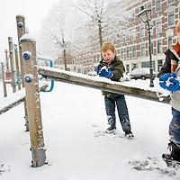 Nederland Rotterdam 21 december 2007 ..Kinderen spelen in de sneeuw op het Noordereiland. Broers maken sneeuwballen ..Foto David Rozing