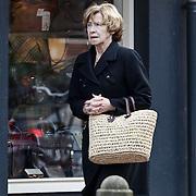 NLD/Laren/20100227 - Moeder Linda de Mol winkelend in Laren