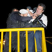 VALLE DE CHALCO, Mex.- Un reportero gráfico fue agredido por elementos de la ASE cuando se encontraba cubriendo la ejecución de un comandante de esta corporación, por varios minutos forcejearon impidiendo la labor del fotógrafo, esto en la autopista México-Pachuca a la altura del kilómetro 20. Agencia MVT / Juan García. (DIGITAL)<br /> <br /> NO ARCHIVAR - NO ARCHIVE