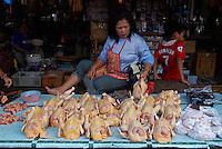 Indonesie. Sulawesi (Célèbes). Pays Toraja, Tana Toraja. Marché de Rantepao. Marchande de poulet. // Indonesia. Sulawesi (Celebes Island). Tana Toraja. Rantepao market. Chicken seller.