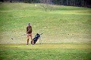 Nederland, Groesbeek, 9-3-2018Een vrouw aan slag op het golfterrein van de golfclub Rijk van Nijmegen.Foto: Flip Franssen