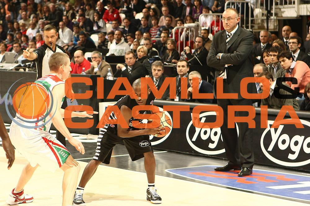 DESCRIZIONE : Bologna Final Eight 2009 Semifinale Bancatercas Teramo La Fortezza Virtus Bologna<br /> GIOCATORE : Earl Boykins Matteo Bonciolli<br /> SQUADRA : La Fortezza Virtus Bologna<br /> EVENTO : Tim Cup Basket Coppa Italia Final Eight 2009 <br /> GARA : Bancatercas Teramo La Fortezza Virtus Bologna<br /> DATA : 21/02/2009 <br /> CATEGORIA : <br /> SPORT : Pallacanestro <br /> AUTORE : Agenzia Ciamillo-Castoria/C.De Massis