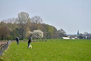 Nederland, Groesbeek, 1-5-2013Twee mannen zijn bezig om munitie of andere resten uit de tweede wereldoorlog met een metaaldetector te zoeken.Zij komen regelmatig in deze omgeving omdat zich hier een onderdeel van de operatie Market Garden afspeelde en zwaar is gevochten.Foto: Flip Franssen/Hollandse Hoogte