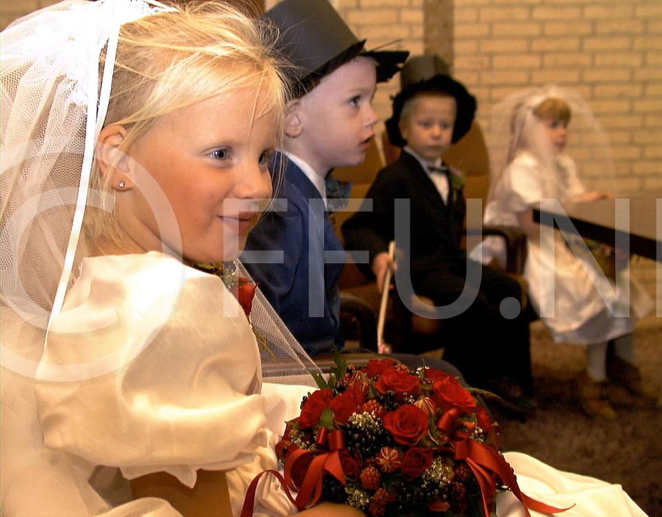 Fotografie Frank Uijlenbroek©1999/Frank Brinkman.991018 hardenberg ned.gemeentehuis kleuter huwelijk marcha de leeuw en hein jan mulder