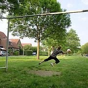 Nederland Rotterdam Deelgemeente prins alexander 14-05-2008 20080514 Foto: David Rozing ..Oosterflank, jongens spelen potje voetbal, keeper in doel houdt bal tegen .Boys playing soccer.Deelgemeente Prins Alexander is het op 1 na diepst / laag gelegen gebied in Nederland, het laagste punt in de deelgemeent is  6,67 meter beneden NAP. Prins Alexander, second deepest area in the Netherlands, deepest point in this area, below sealevel: - 6,67m NAP...Foto: David Rozing