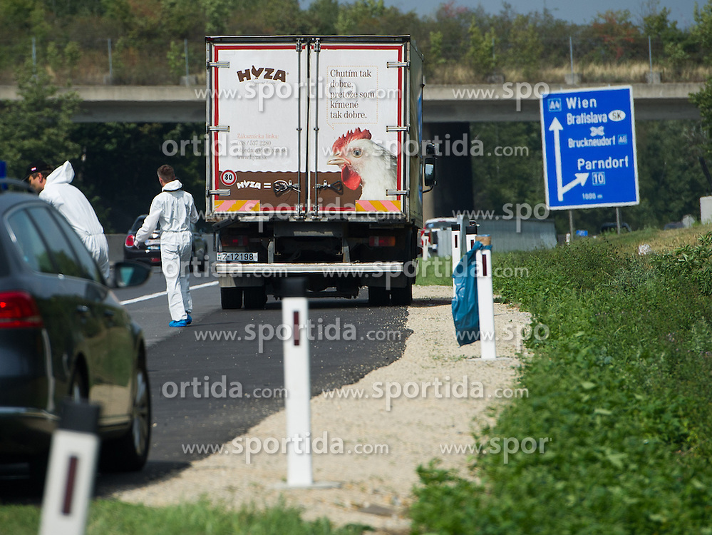 27.08.2015, Autobahn A4, Burgenland, AUT, Bis zu 50 tote Flüchtlinge in Lkw auf A4 in Burgenland, im Bild Polizist von der Spurensicherung vor vermeintlichen Lastwagen // dead refugees in truck at freeway A4 in Burgenland on 2015/08/27, EXPA Pictures © 2015, PhotoCredit: EXPA/ Michael Gruber