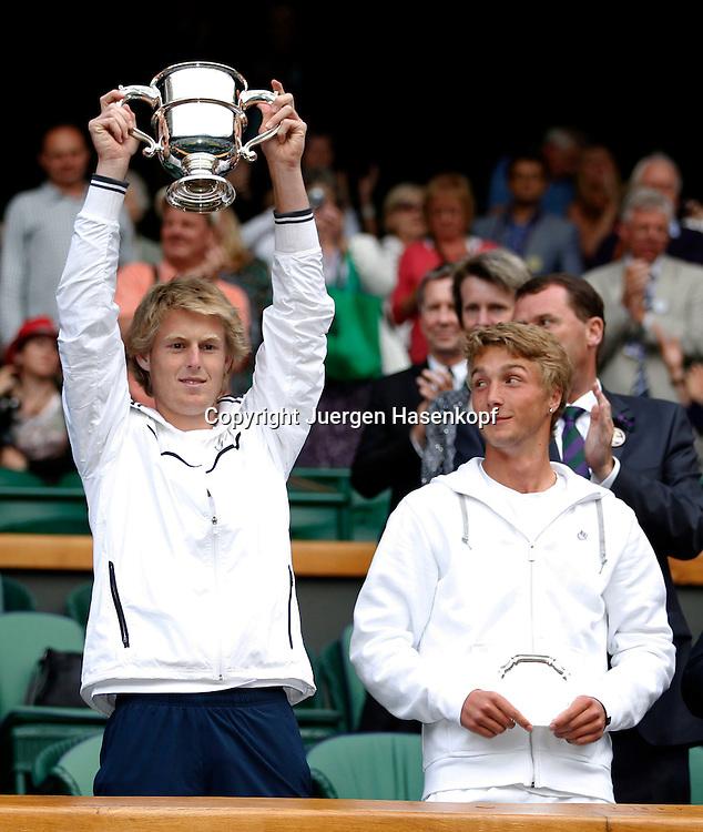 Wimbledon Championships 2011, AELTC,London,.ITF Grand Slam Tennis Tournament .Junioren Einzel Finale,.Siegerehrung,Praesentation, Sieger Luke Savill (AUS) und Finalist Liam Broady (GBR) mit Pokal in der Royal Box,Halbkoerper,Hochformat,