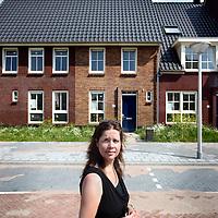 Nederland, Amstelveen , 25 juli 2012..De wijk Westwijk in de straat Westhove..Door een faillissement van projectontwikkelaar Phanos ligt de afbouw van woningen in de Westwijk al geruime tijd stil. Hierdoor zijn zo'n 180 kopers gedupeerd. De gemeente, een woningcorporatie en een aannemer hebben zich ingespannen om tot een oplossing te komen. Maandag eind dag hebben we vernomen dat die oplossing er nu definitief komt en de overeenkomst kan worden ondertekend. Morgen, op 25 juli, start de gemeente wederom met werkzaamheden in de wijk..Op de foto toekomstige bewoonster Angela Karsoredjo..Foto:Jean-Pierre Jans