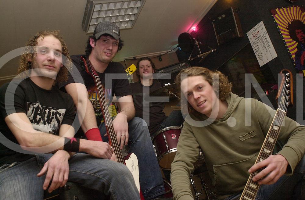 HAARLE<br /> Cenergy de band die de grote prijs van Twente heeft gewonnen met hun mengeling van hardrock en rock, Soms tegen het grunge aan, Een hele eigen stijl,<br /> <br /> Editie: NY<br /> <br /> fotografie frank uijlenbroek&copy;2006 michiel van de velde<br /> TT20060315