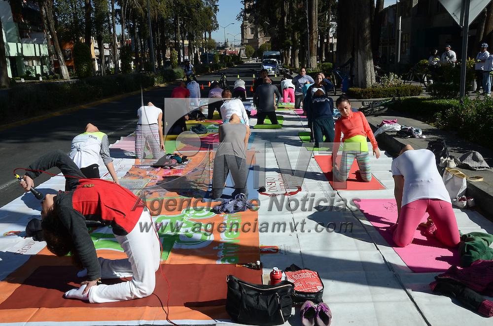 Toluca, México (Febrero 19, 2017).- Como parte de las actividades de la Fundacion Tlaloc, hombres y mujeres de diversas edades se ejercitaron en clase masiva de Yoga de forma gratuita frente al monumento al Águila. Agencia MVT / Arturo Hernández.