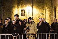 Nederland. Den Haag, 20 februari 2010.<br /> 00,30 uur publiek op het Binnenhof wacht op de uitkomst van de ministerraad<br /> Premier Balkenende gaat het ontslag van zijn vierde kabinet indienen bij koningin Beatrix. Na een keiharde confrontatie in de ministerraad over de militaire missie in Uruzgan bleek rond vier uur 's nachts nog maar één conclusie mogelijk: aftreden. kabinetscrisis; val kabinet; Balkenende Vier; vierde kabinet Balkenende; politiek; binnenhof, den haag<br /> Foto Martijn Beekman