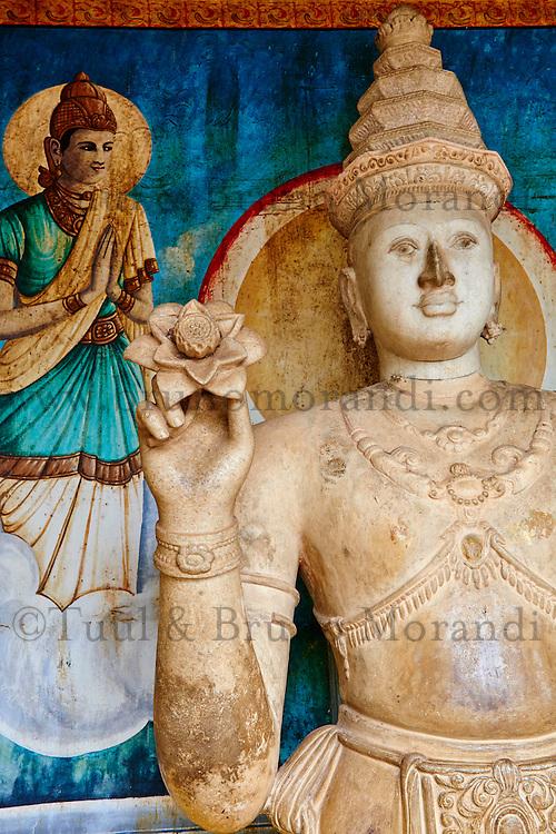 Sri Lanka, province du Centre-Nord, site d'Anuradhapura classé Patrimoine Mondial de l'UNESCO, capitale du Sri Lanka au IIIe siècle avant JC, Dagoba  de Ruvanvelisaya, statue de Bouddha tenant une lotus //  Sri Lanka, North Central Province, Anuradhapura, historic capital of Sri Lanka, UNESCO World Heritage Site, Ruvanvelisaya dagoba, Buddha statue with lotus flower