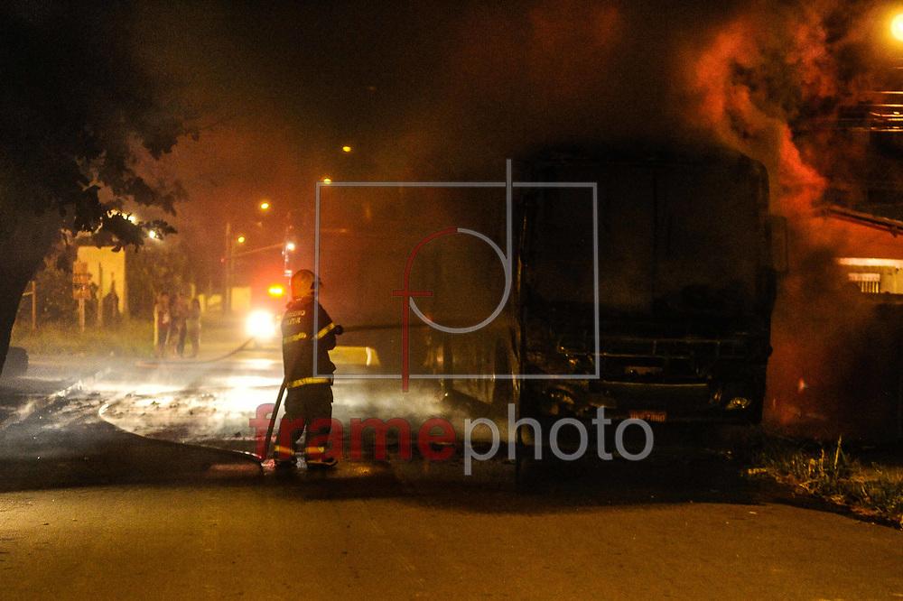 Ônibus incendiado no bairro Canasvieiras em Florianópolis/SC na madrugada desta quarta-feira (26). Foto: Eduardo Valente/FramePhoto
