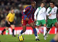 Fotball<br /> Spania 2005/2006<br /> Foto: Panoramic/Digitalsport<br /> NORWAY ONLY<br /> <br /> 27.11.2005  <br /> Barcelona v Racing Santander 4-1<br /> <br /> Samuel Etoo / Eto'o (Barcelona) and Vitolo (Santander)