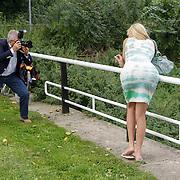 NLD/Amsterdam/20120822 - Perspresentatie SBS Sterren Springen, Peter Smulders Sr. fotografeert deelneemster Kelly van der Veer van haar beste kant