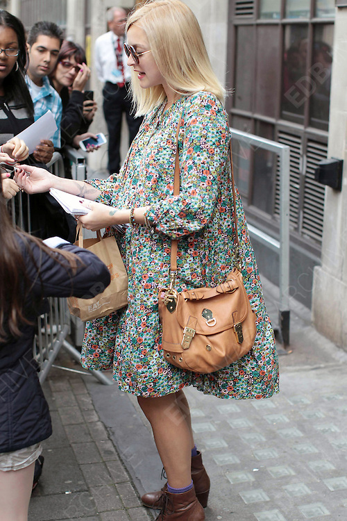 29.AUGUST.2012. LONDON<br /> <br /> FEARNE COTTON ARRIVING AT THE STUDIOS OF RADIO 1.<br /> <br /> BYLINE: EDBIMAGEARCHIVE.COM<br /> <br /> *THIS IMAGE IS STRICTLY FOR UK NEWSPAPERS AND MAGAZINES ONLY*<br /> *FOR WORLD WIDE SALES AND WEB USE PLEASE CONTACT EDBIMAGEARCHIVE - 0208 954 5968*  *** Local Caption ***