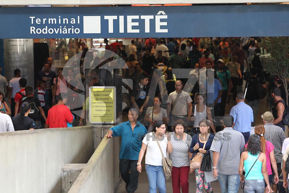 FOTO EMBARGADA PARA VEICULOS INTERNACIONAIS. MOV. ROD TIETE, SAO PAULO,  SP, 21-12-2012. O fluxo de passageiros deve aumentar na tarde dessa Sexta-feira (21) na rodoviaria do Tiete. Ja na ha passagens para muitos destinos, as empresas de onibus devem colocar carros extras para atender a demanda.  Luiz Guarnieri/ Brazil Photo Press.