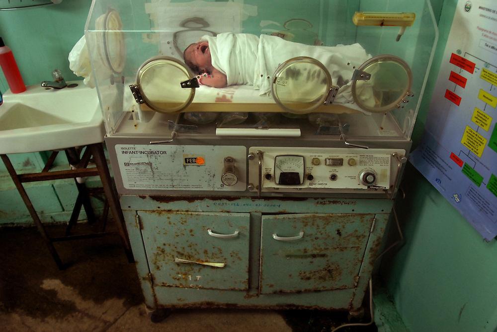 Un recién nacido utiliza una vieja incubadora en máxima urgencia de pediatría. Según la dirección del hospital, hay equipo nuevo que no se puede utilizar por la falta de instalaciones eléctricas adecuadas. Por ejemplo, hace falta instalar un polo a tierra, que no es más que una varilla de cobre que se entierra en el suelo. Foto Mauro Arias